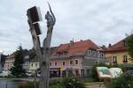 """Pomimo, że pogoda deszczowa, w Neumarkt in der Steiermark, wyciągam z plecaka aparat, by zrobić fotkę, tej oto """"spragnionej wiedzy"""" myszce."""