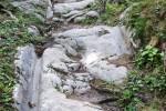 W centrum miasta Santicum, dzisiaj Villach, podróżni przeprawiali się przez Drawę, a następnie szli na południe drogą wykutą w skale, na odcinku ponad 1 kilometra. Na drodze w Warmbad, widoczne są koleiny, typowe dla górskich dróg celtyckich w Alpach Wschodnich.