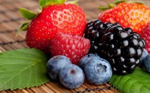 listki-zielone-truskawka-owoce-jezyny-jagody