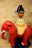 Tak! ten piękny czerwony słonik również znajduje się pod ziemia, w podziemnym Muzeum słodyczy DEMEL