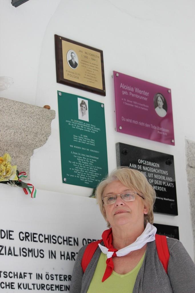 Pani Urszula Kowalska przy pamiątkowej tablicy w Hartheim.