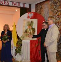 Pamiątkowe zdjęcie z Proboszczem Parafii Neumargareten ks. Edwinem Bonisławskim przy przepięknie wykonanym przez Elżbietę Zamojskę (Klub OSTOJA) wspomnieniu św. Jana Pawła II